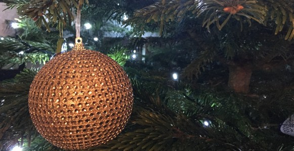 Gold_bauble_on_christmas_tree